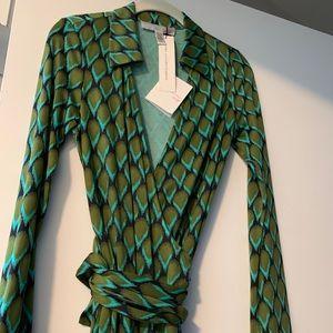 DVF NWT silk wrap dress size 6 vintage print
